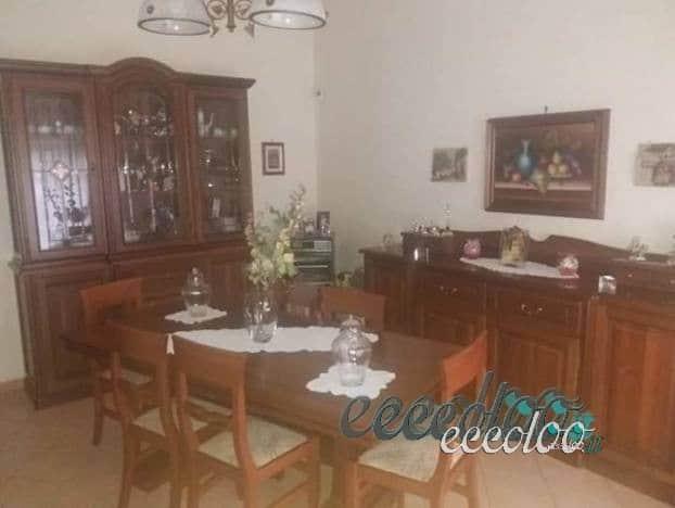 Credenza Sala Da Pranzo : Sala da pranzo con vetrina credenza tavolo e sei sedie u eccoloo
