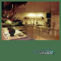Cucina smaltata bianca con piano in marmo