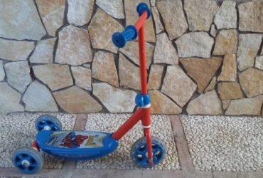 Monopattino di Spiderman 3 ruote  in ottime condizioni. €.15