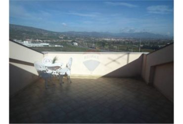 Vendesi meraviglioso attico con mansarda a Giarre. €.259.000