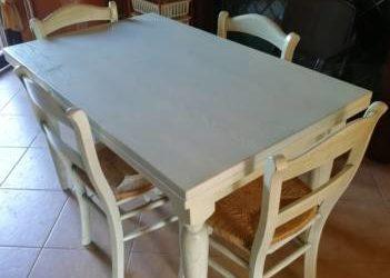Tavolo più 4 sedie in legno massello. €. 250