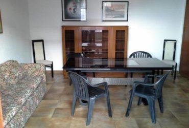 Tavolo pranzo con sedie e vetrinetta. €. 150