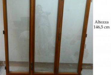 Finestra in legno a tre ante. €. 150 tratt.