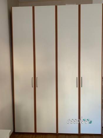 Armadio a 2 ante bianco e marrone in legno. €. 100