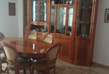 Mobile da salone in legno e vetrinetta + tavolo e sedie in legno